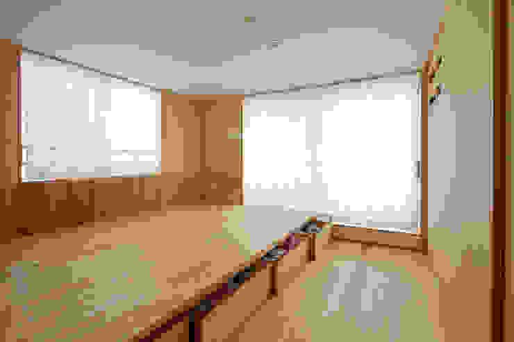 子夫婦寝室(造り付けの床下収納) モダンスタイルの寝室 の 一級建築士事務所co-designstudio モダン