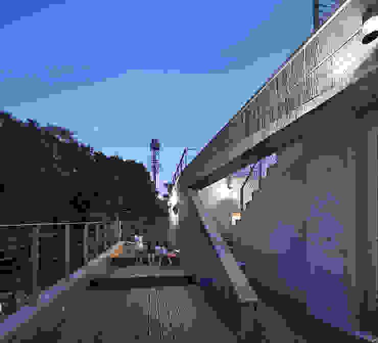 Roof _night : D-Werker Architects의 현대 ,모던