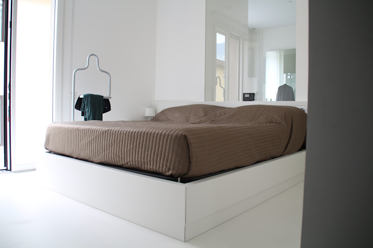 Minisuite Camera da letto minimalista di Serenella Pari design Minimalista