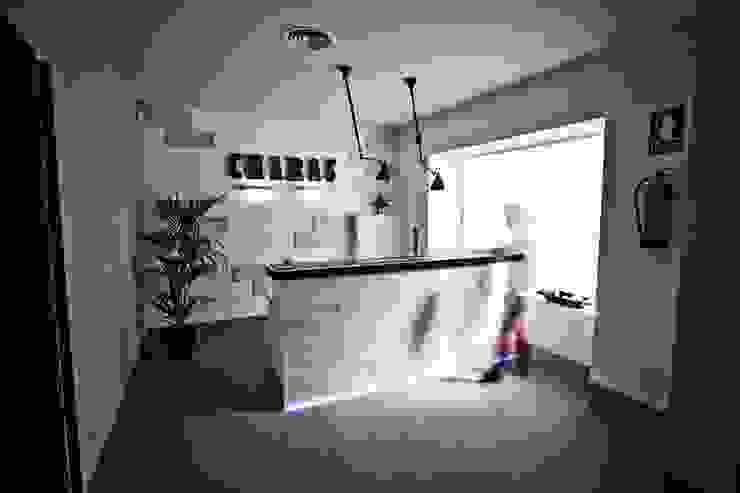 Espacio by La Credenza Estudio de Interiorismo. Barra/carpintería de Muebles de La Granja. Bares y clubs de estilo moderno de MUEBLES DE LA GRANJA Moderno