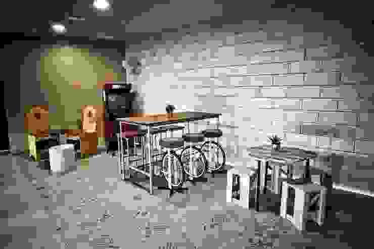 Espacio by La Credenza Estudio de Interiorismo. Mesas bajas y taburetes de Muebles de La Granja. Bares y clubs de estilo moderno de MUEBLES DE LA GRANJA Moderno