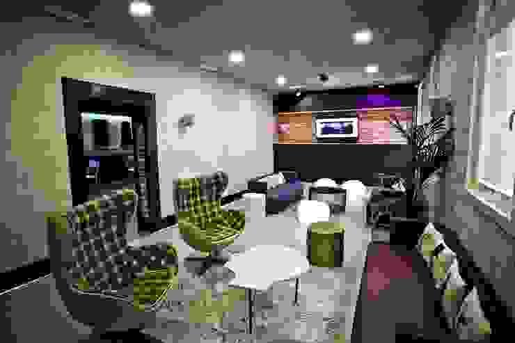 Espacio by La Credenza Estudio de Interiorismo. Mesas, taburetes y frente de madera de Muebles de La Granja. Bares y clubs de estilo moderno de MUEBLES DE LA GRANJA Moderno