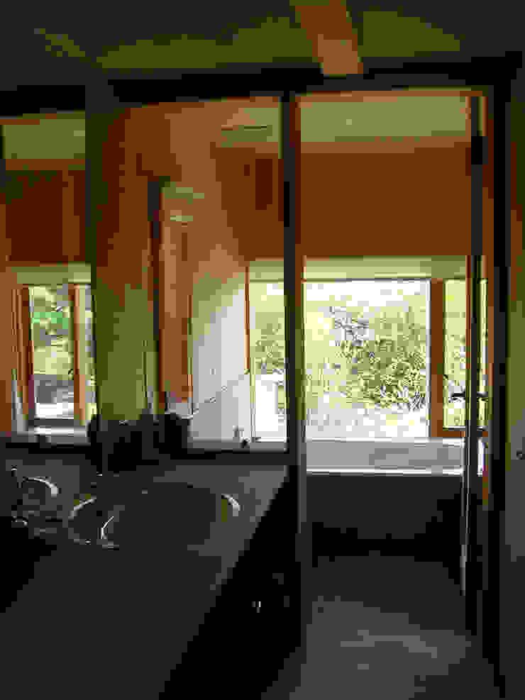 高根の舎Ⅰ‐洗面と緑が見える浴室 オリジナルスタイルの お風呂 の 有限会社中村建築事務所 オリジナル