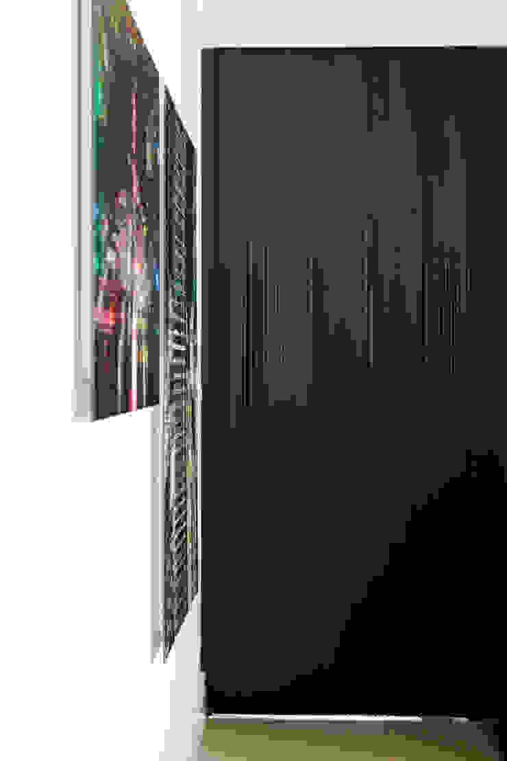 Modern Corridor, Hallway and Staircase by Flávia Gerab Modern