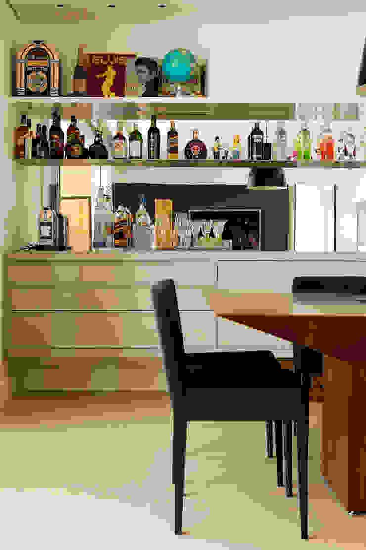 Modern dining room by Flávia Gerab Modern