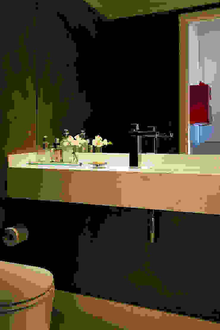 Modern bathroom by Flávia Gerab Modern
