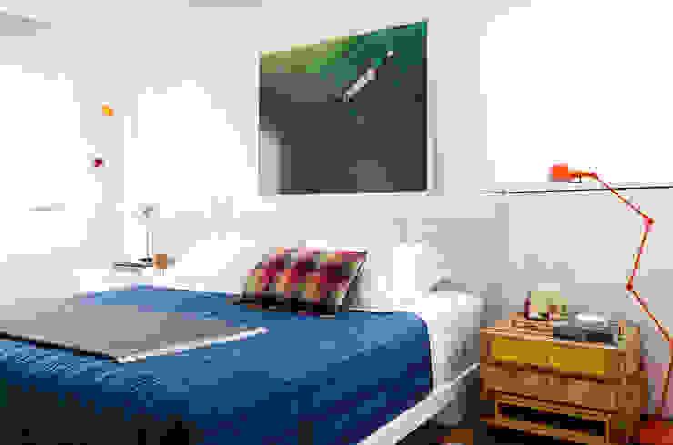 Camera da letto moderna di Flávia Gerab Moderno