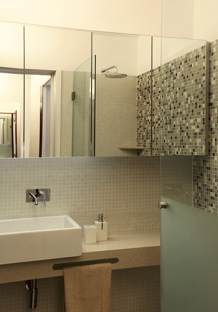 Ванная комната в стиле модерн от Tiago Patricio Rodrigues, Arquitectura e Interiores Модерн