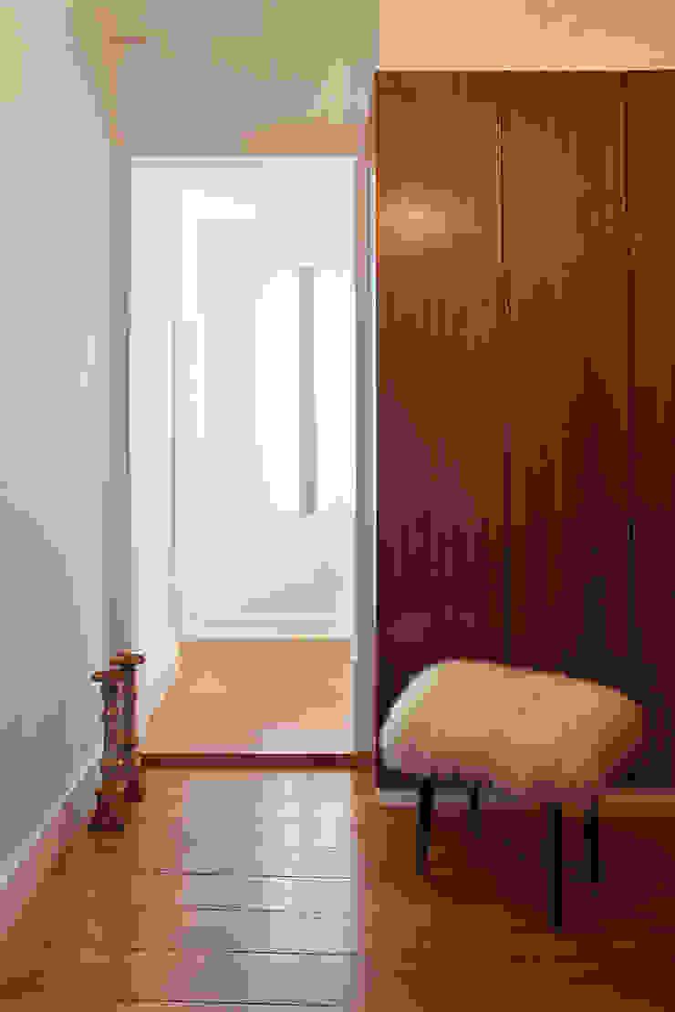 Apartamento A3_Reabilitação Arquitectura + Design Interiores Corredores, halls e escadas ecléticos por Tiago Patricio Rodrigues, Arquitectura e Interiores Eclético