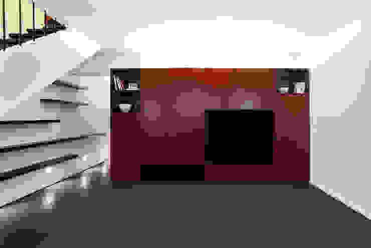 Гостиная в стиле модерн от Tiago Patricio Rodrigues, Arquitectura e Interiores Модерн