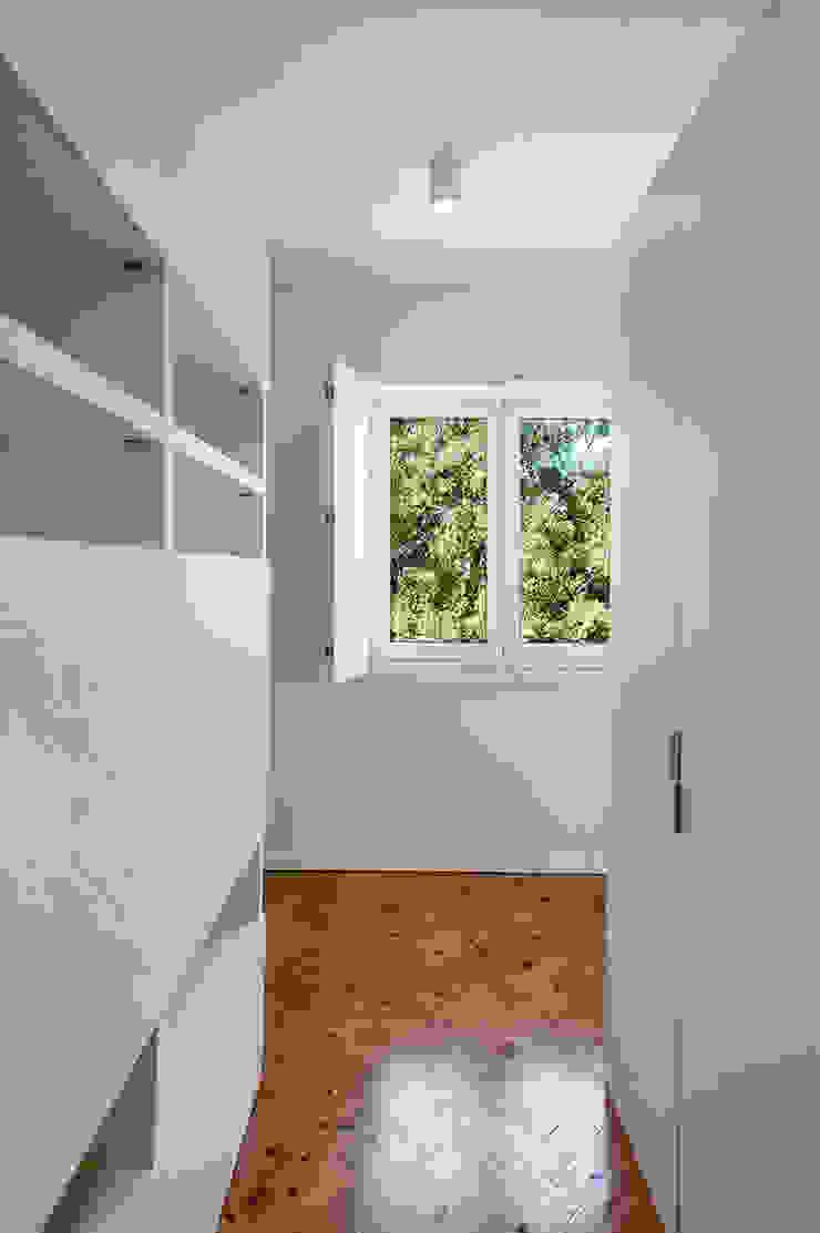 Гардеробная в стиле модерн от Tiago Patricio Rodrigues, Arquitectura e Interiores Модерн