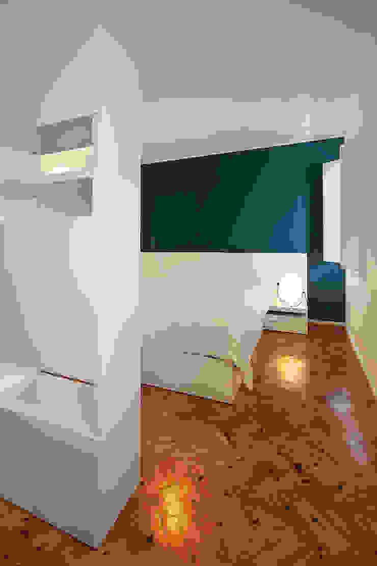 Спальня в стиле модерн от Tiago Patricio Rodrigues, Arquitectura e Interiores Модерн
