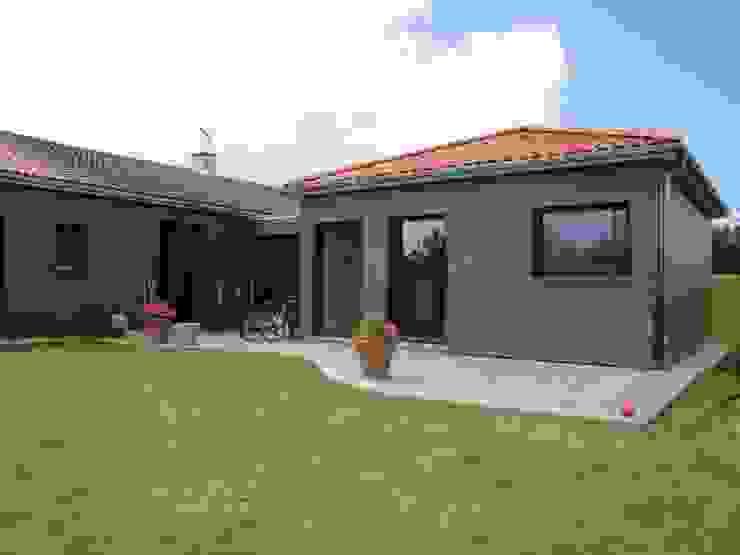 Eclectic style houses by La Fabrique d'Architecture Eclectic