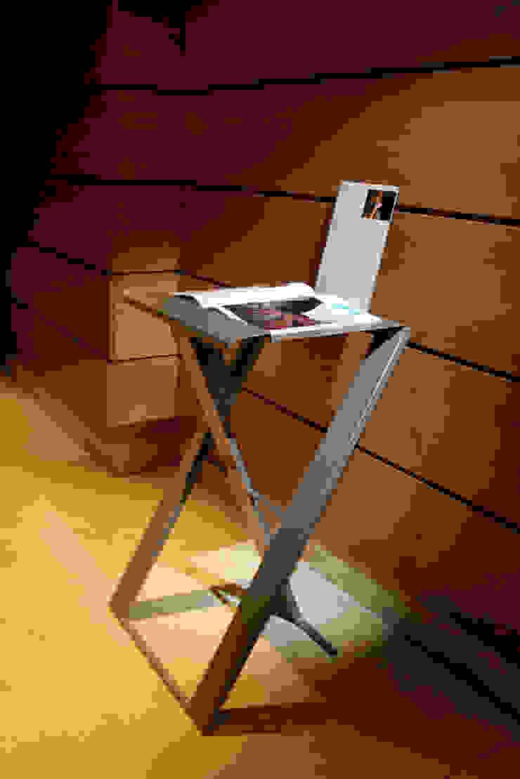 MESA PORTÁTIL PLIA de Estudio de diseño, espacios y mobiliario, Carmen Menéndez Moderno
