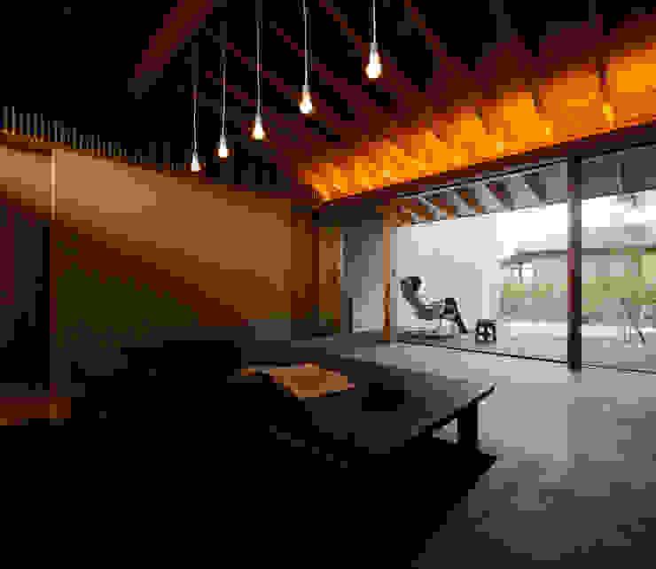 现代客厅設計點子、靈感 & 圖片 根據 有限会社ミサオケンチクラボ 現代風