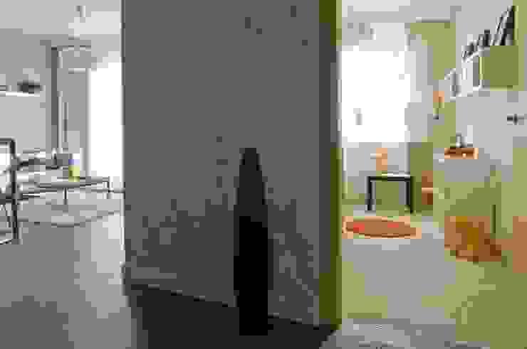 Mieszkanie pokazowe Invest Komfort 2010 Skandynawski korytarz, przedpokój i schody od formativ. indywidualne projekty wnętrz Skandynawski