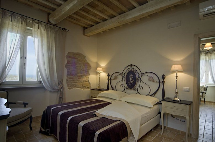 Country Resort Camera da letto in stile rustico di Roberto Catalini Int. Designer Rustico