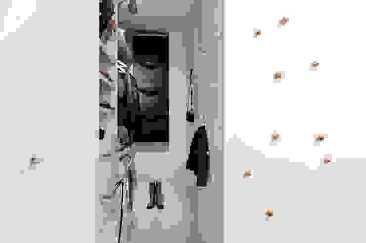 Phòng thay đồ phong cách hiện đại bởi formativ. indywidualne projekty wnętrz Hiện đại