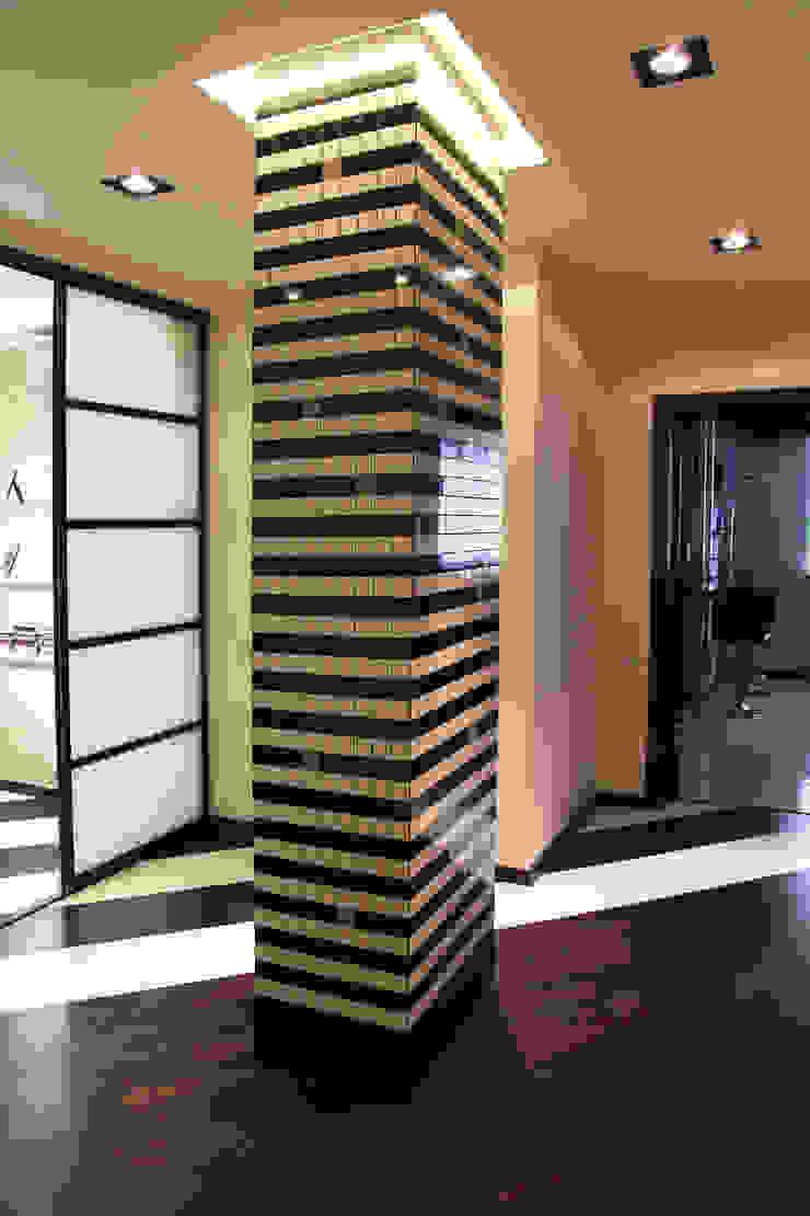 Couloir, entrée, escaliers minimalistes par meandr.pro Minimaliste