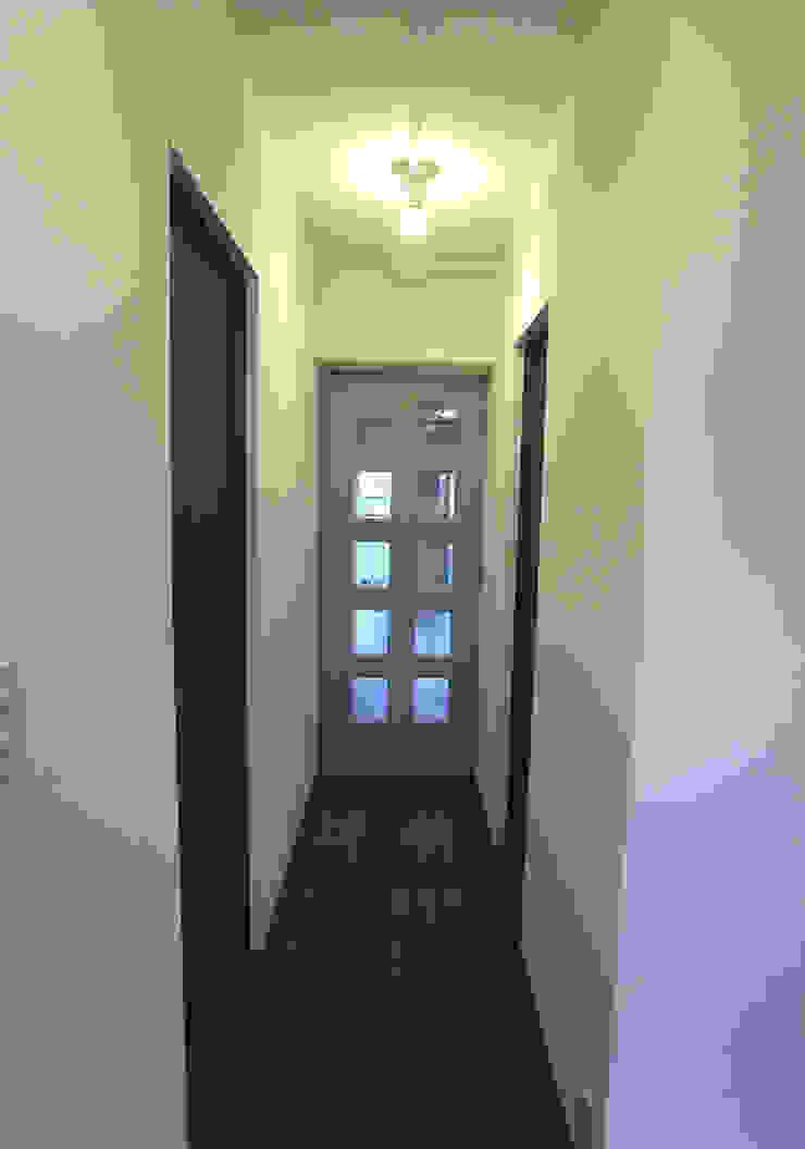 Pasillos, vestíbulos y escaleras de estilo moderno de 一級建築士事務所co-designstudio Moderno
