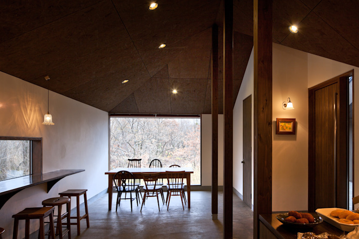 BROWNIE モダンデザインの リビング の 内田貴久建築設計事務所 モダン