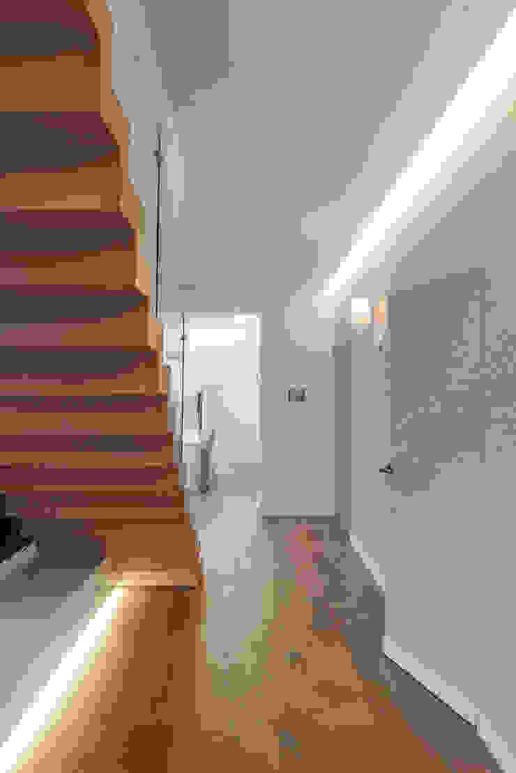 Dom w Gdańsku 2014 Nowoczesny korytarz, przedpokój i schody od formativ. indywidualne projekty wnętrz Nowoczesny