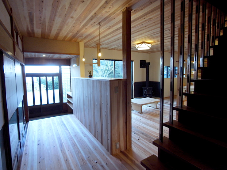 廊下から玄関を眺める モダンスタイルの 玄関&廊下&階段 の 一級建築士事務所co-designstudio モダン