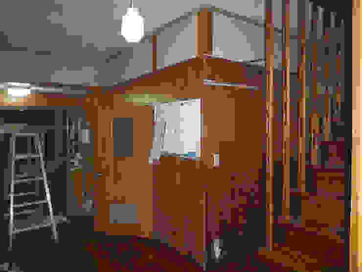 解体前廊下から玄関 オリジナルスタイルの 玄関&廊下&階段 の 一級建築士事務所co-designstudio オリジナル