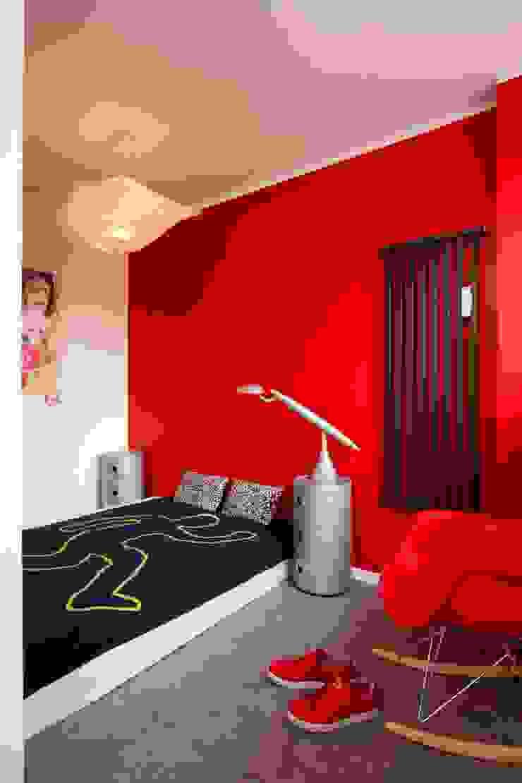 Regał w centrum uwagi – projekt kawalerki Industrialna sypialnia od Studio Projektowe RoRO interior + design Industrialny