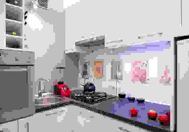 Regał w centrum uwagi - projekt kawalerki: styl , w kategorii Kuchnia zaprojektowany przez Studio Projektowe RoRO interior + design,