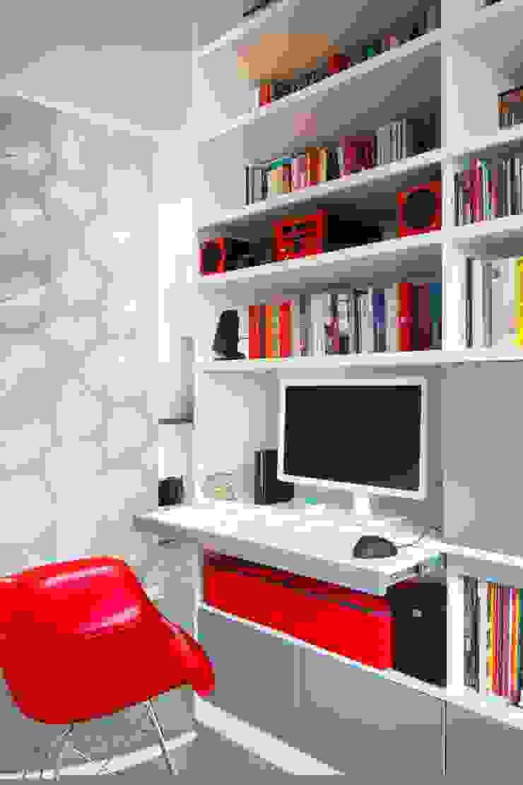 Regał w centrum uwagi – projekt kawalerki Industrialny salon od Studio Projektowe RoRO interior + design Industrialny