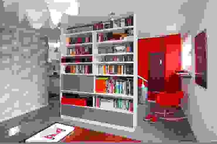 Regał w centrum uwagi - projekt kawalerki: styl , w kategorii Salon zaprojektowany przez Studio Projektowe RoRO interior + design,Industrialny