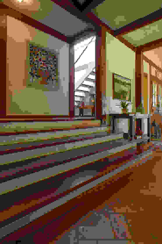 PM Arquitetura Pasillos, vestíbulos y escaleras de estilo rústico
