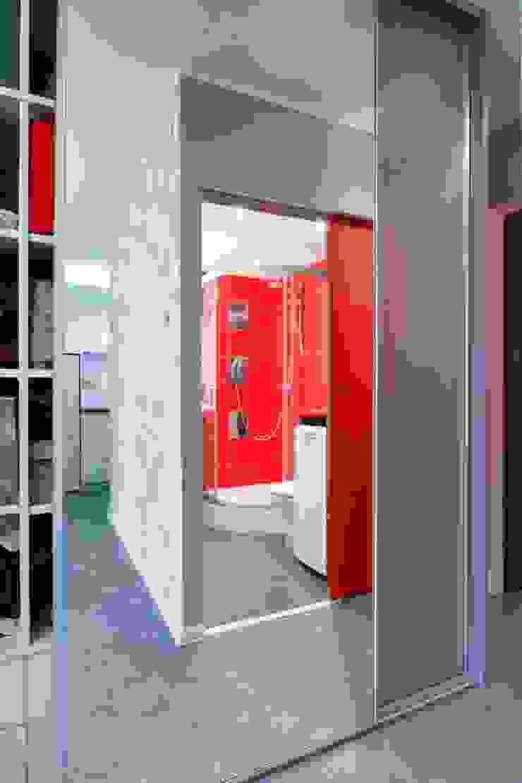 Regał w centrum uwagi – projekt kawalerki Industrialny korytarz, przedpokój i schody od Studio Projektowe RoRO interior + design Industrialny