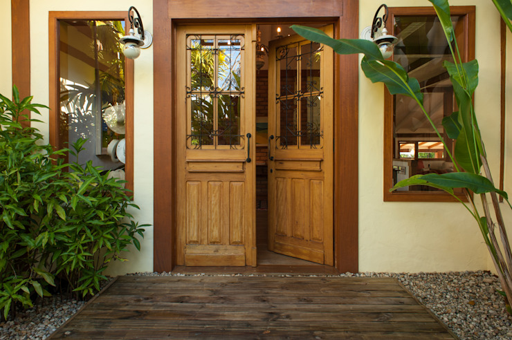 PM Arquitetura Rustic style windows & doors