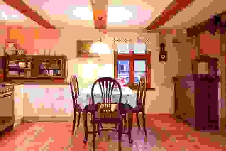 Wiejska chata Wiejska kuchnia od Studio Projektowe RoRO interior + design Wiejski