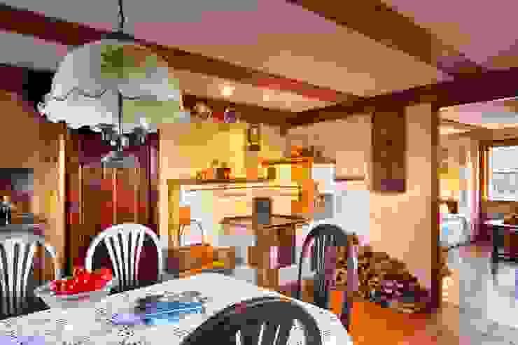 http://czterykaty.pl/czterykaty/5,57640,13138189,Dom__powrot_do_przeszlosci.html?i=0 Wiejska kuchnia od Studio Projektowe RoRO interior + design Wiejski
