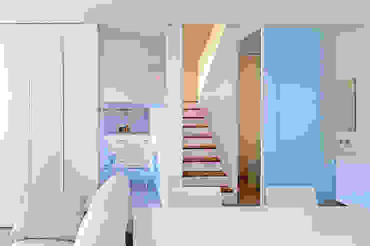 Couloir, entrée, escaliers modernes par Estudi Agustí Costa Moderne