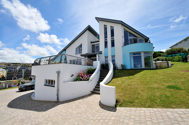 The Sea House, Porth, Cornwall من The Bazeley Partnership حداثي
