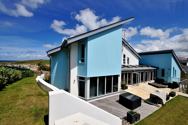 The Sea House, Porth, Cornwall de The Bazeley Partnership Moderno