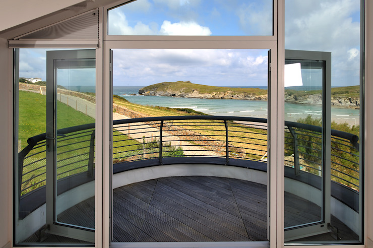The Sea House, Porth, Cornwall Balcon, Veranda & Terrasse modernes par The Bazeley Partnership Moderne