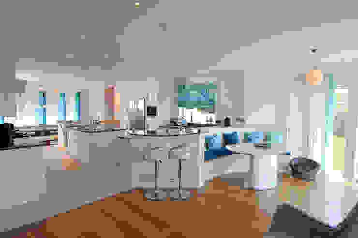 The Sea House, Porth, Cornwall Moderne Küchen von The Bazeley Partnership Modern
