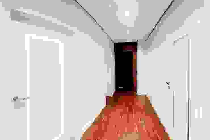 APARTAMENT FUSION Klasyczny korytarz, przedpokój i schody od Sikora Wnetrza Klasyczny