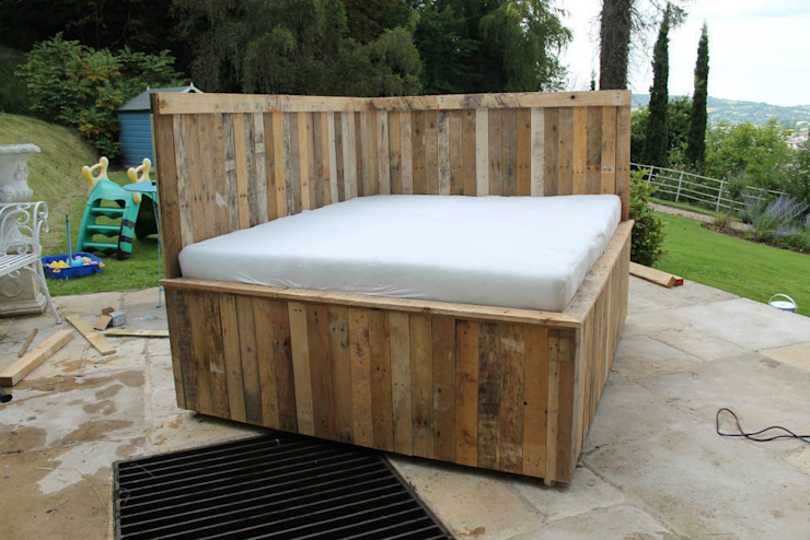 Outdoor Pallet Bed on Wheels with foam matress de homify Rústico