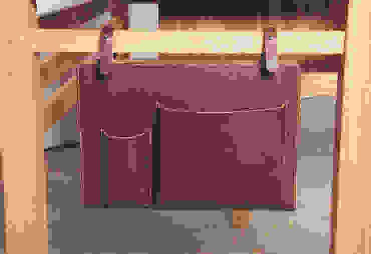 Leather pocket: 톤 퍼니처 스튜디오의 현대 ,모던