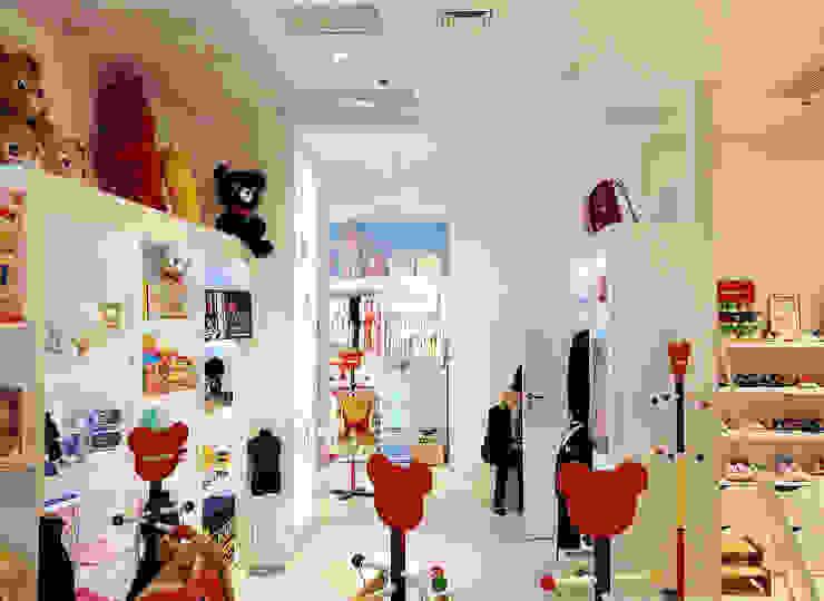 "Детский магазин ""Miki House"" в ТЦ Мандарин Плаза, г. Киев. Детская комнатa в стиле минимализм от Архитектурное бюро Киев Минимализм"
