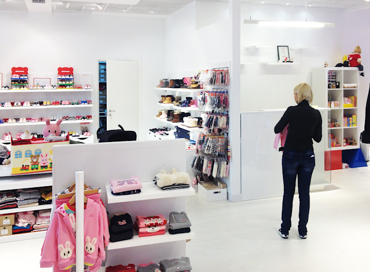 Детский магазин <q>Miki House</q> в ТЦ Мандарин Плаза, г. Киев. Детская комнатa в стиле минимализм от Архитектурное бюро Киев Минимализм
