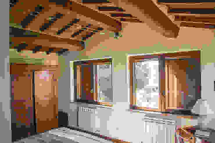 Camera da letto di Massimo Neri architetto Rustico