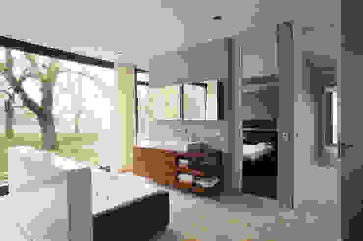 Ванная комната в стиле модерн от Markus Gentner Architekten Модерн