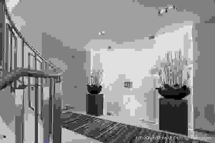Pasillos, vestíbulos y escaleras de estilo minimalista de Decoussemaecker Interieurs Minimalista